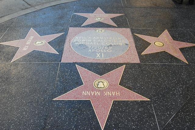Монумент Аполлону 11 фото